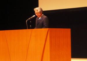 講演する大倉教育長