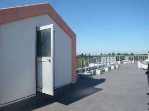 津波避難のために市営松波住宅D号棟の屋上に整備した手すりと屋上防水工事